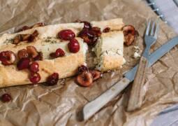 Vegetarisches Rezept: Blätterteig-Käse-Strudel mit Kirschen und Thymian_1