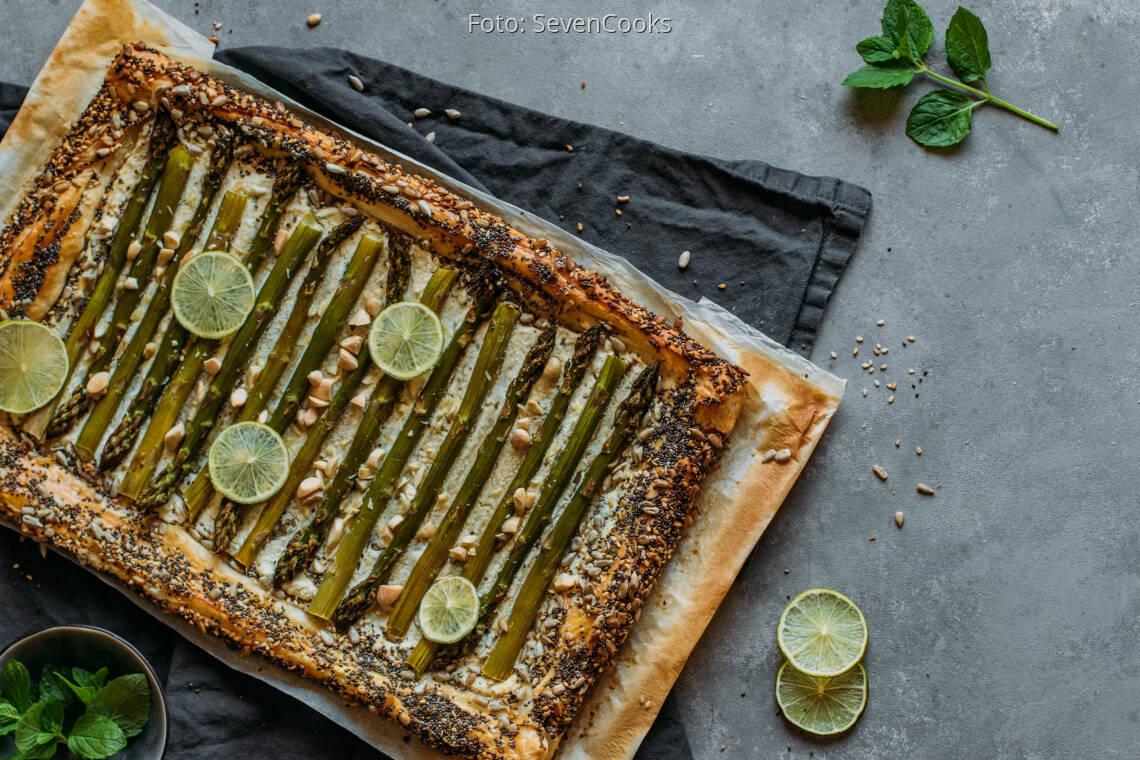 Vegetarisches Rezept: Blätterteig-Flammkuchen mit grünem Spargel