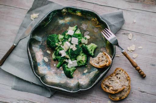 Brokkoli mit Mandelblättchen und Feta