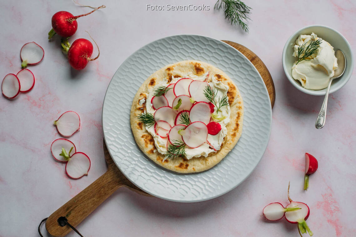 Vegetarisches Rezept: Brot aus der Pfanne mit Frischkäse und Radieschen_1