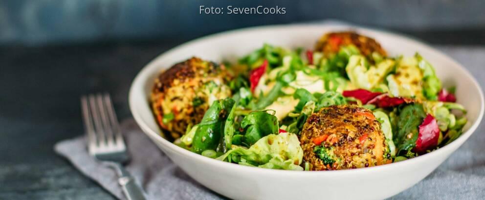 Vegetarisches Rezept: Bunte Quinoabällchen mit Curry-Dip 2