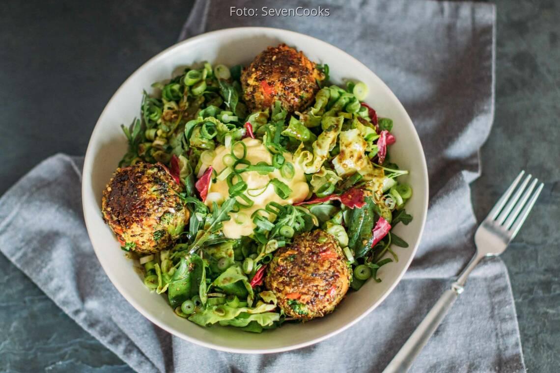 Vegetarisches Rezept: Bunte Quinoabällchen mit Curry-Dip 1
