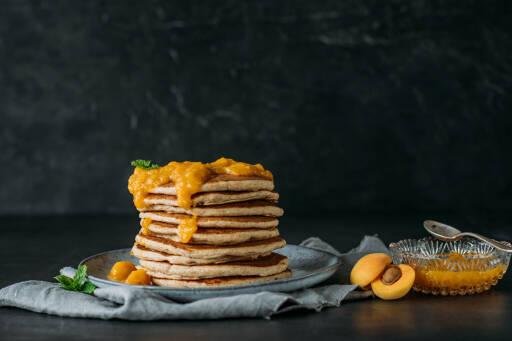 Buttermilch-Pancakes mit Aprikosen-Marmelade