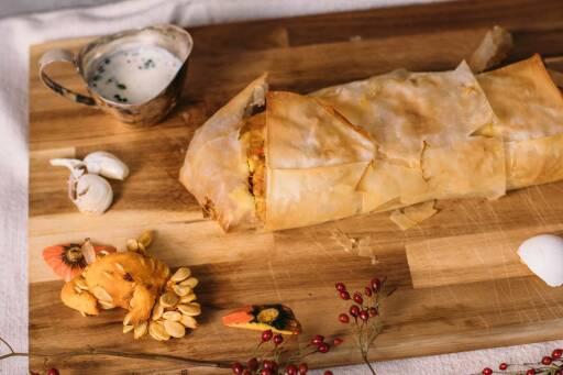 Vegetarisches Rezept: Deftiger Herbststrudel mit Kürbis-Feta Füllung