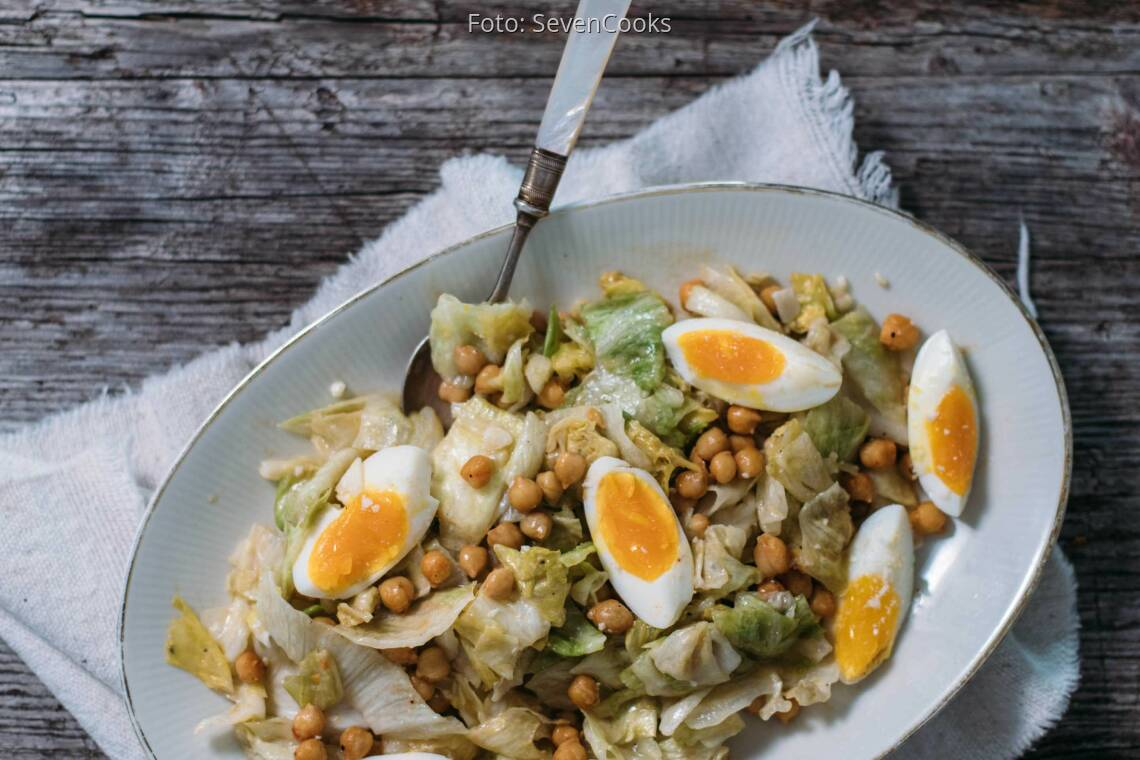 Vegetarisches Rezept: Eisbergsalat mit Ei und Kichererbsen_1