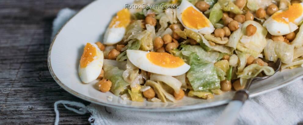 Vegetarisches Rezept: Eisbergsalat mit Ei und Kichererbsen_2