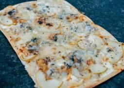 Fertiges Rezept: Flammkuchen mit Birne und Gorgonzola_1