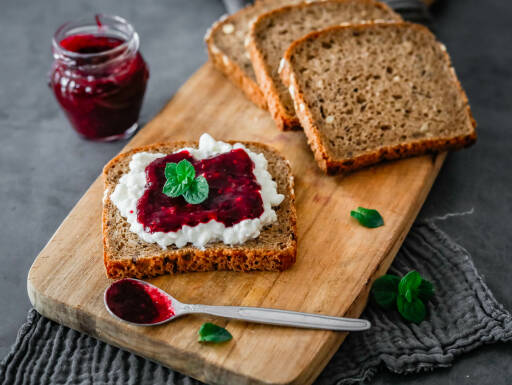 Vegetarisches Rezept: Frühstücksbrot mit Brombeeren und Frischkäse 1