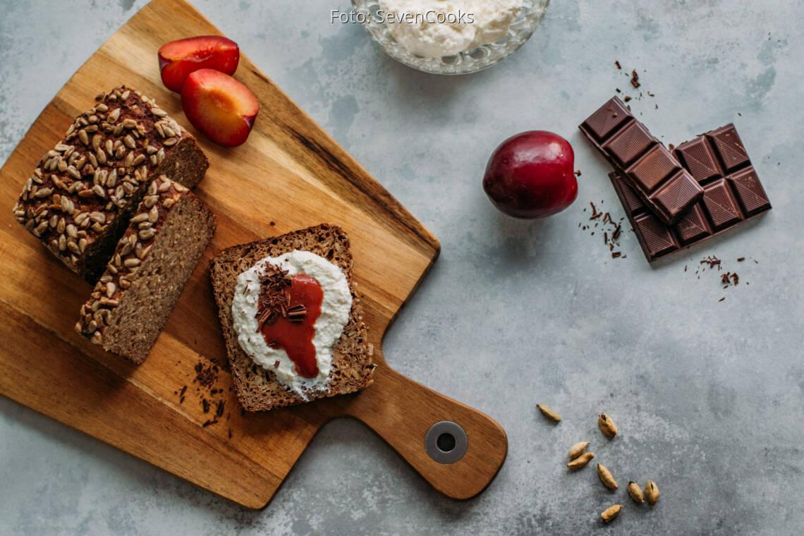 Vegetarisches Rezept: Frühstücksbrot mit Ricotta und Pflaumenmus