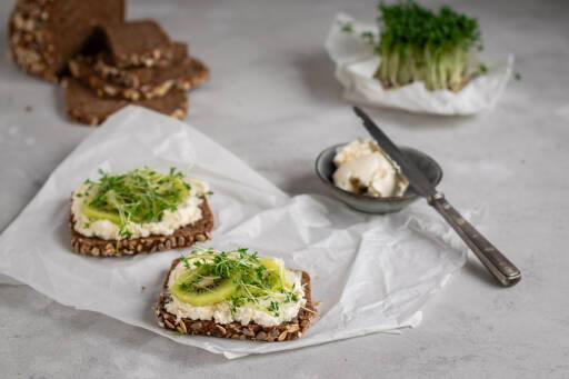 Vegetarisches Rezept: Frischkäsebrot mit Kiwi