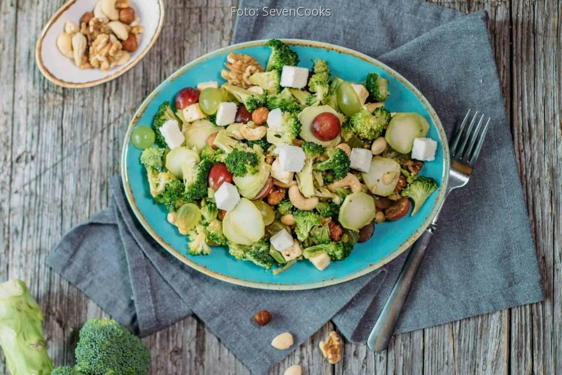 Vegetarisches Rezept: Fruchtiger Brokkolisalat mit Nüssen_1