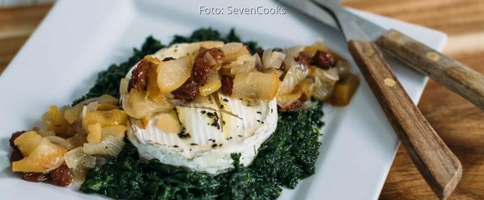 Vegetarisches Rezept: Gebackener Camembert auf Spinatbett mit Birnen-Rosinen-Chutney_1