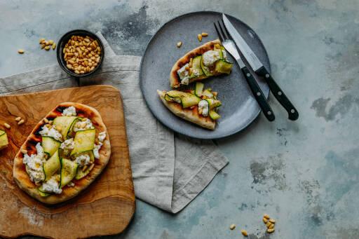 Vegetarisches Rezept: Gegrilltes Fladenbrot mit Rocotta und Zucchini