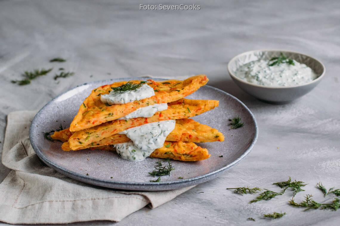 Vegetarisches Rezept: Gemüsepfannkuchen vom Blech mit Kräuterquark 1