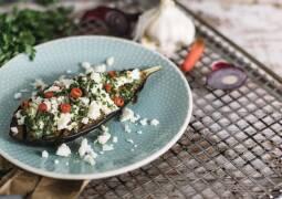 Vegetarisches Rezept: Geröstete Auberginen mit Feta und Kräutern_1