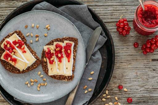 Vegetarisches Rezept: Geröstetes Camembert-Brot und Johannisbeer-Konfitüre 1