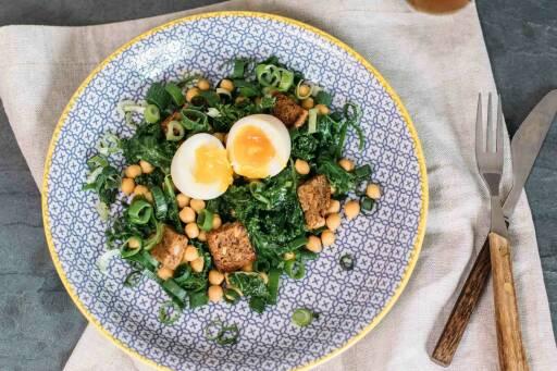 Vegetarisches Rezept: Grünkohlsalat mit wachsweichem Ei 3