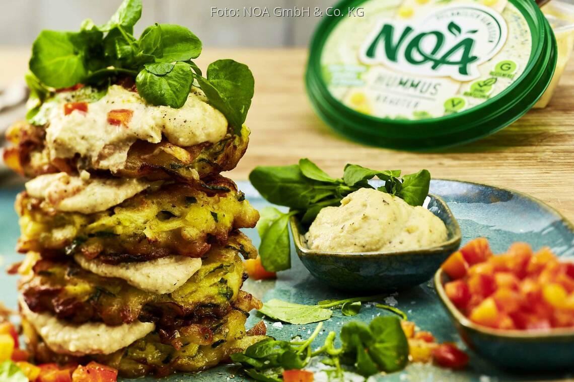 Vegetarisches Rezept: Hummus-Zucchini-Puffer mit Paprikasalsa von NOA