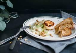 Vegetarisches Rezept: Karamellisierter Fenchel mit Ziegenkäse und geröstetem Brot