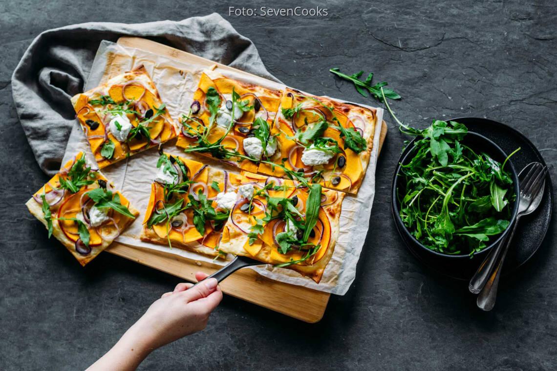 Vegetarisches Rezept: Kürbis-Flammkuchen mit Rucola-Haube 1