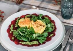 Vegetarisches Rezept: Mini-Gemüseaufläufe auf Carpaccio von der Roten Bete mit Feldsalatpesto 1