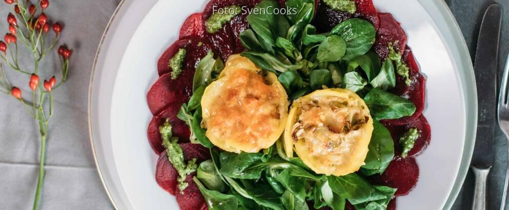 Vegetarisches Rezept: Mini-Gemüseaufläufe auf Carpaccio von der Roten Bete mit Feldsalatpesto 2