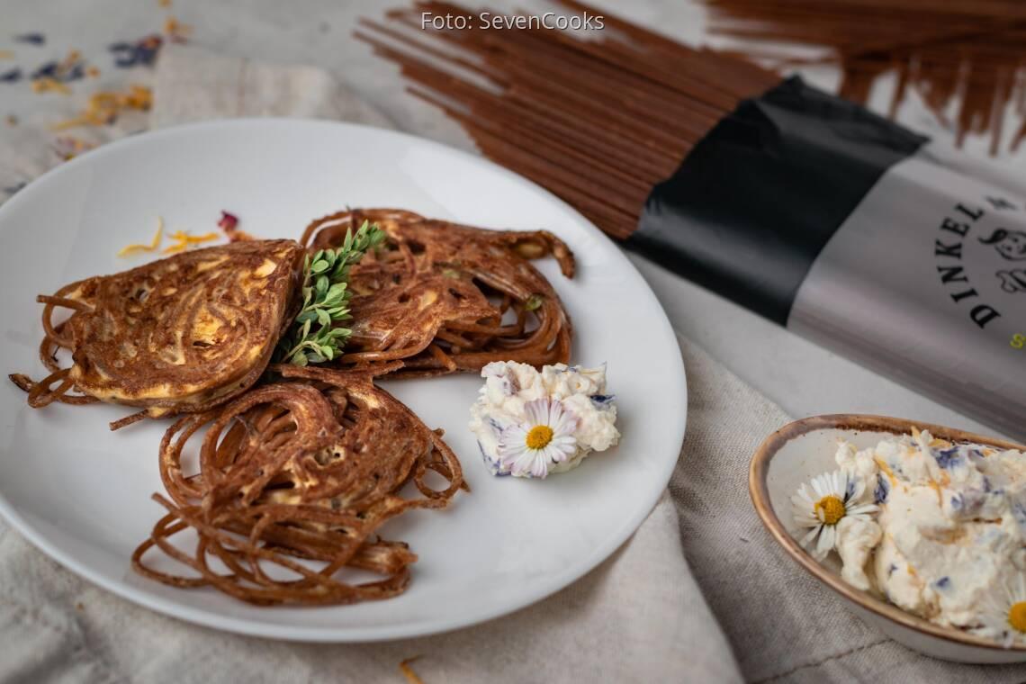 Vegetarisches Rezept: Nudelpuffer mit Blüten-Dip von DINKEL MAX 1