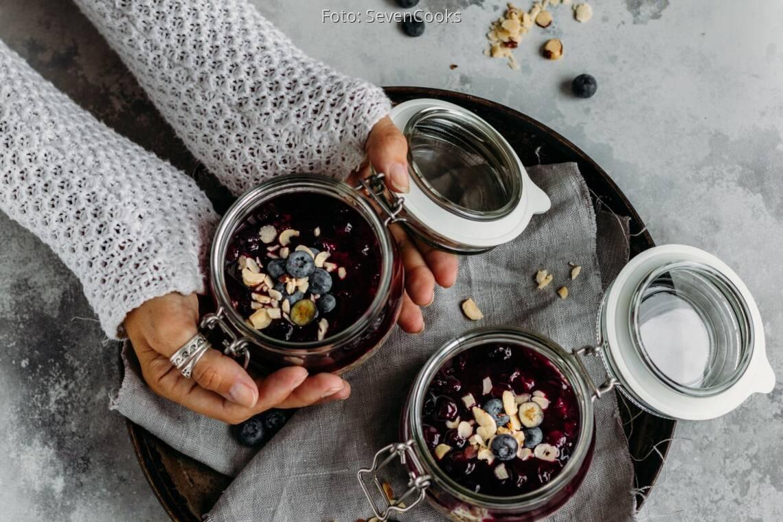 Vegetarisches Rezept: Overnight Leinsamen-Pudding mit Heidelbeerkompott
