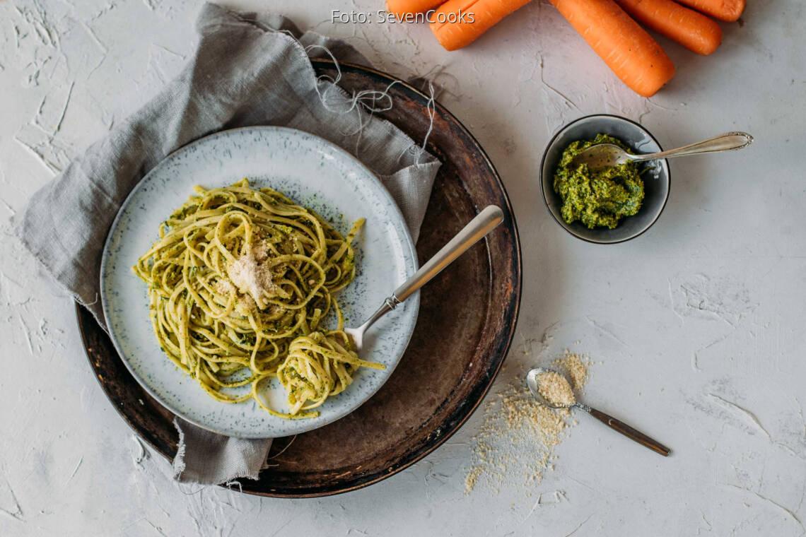 Vegetarisches Rezept: Pasta mit Pesto aus Karottengrün