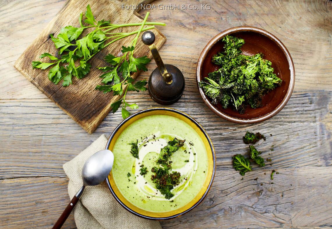 Vegetarisches Rezept: Petersiliencremesuppe mit Hummus