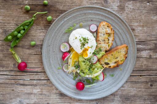Fertiges Rezept: Pochiertes Ei mit Erbsenpüree und geröstetem Brot_1
