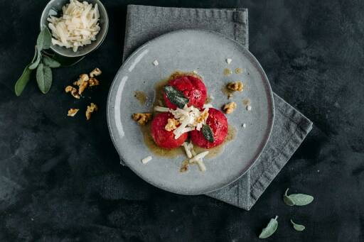 Vegetarisches Rezept: Rote-Bete-Knödel mit Salbeibutter und Parmesan 1