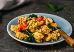 Vegetarisches Rezept: Rührei mit Spinat und Tomaten 1
