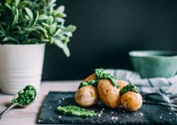Vegetarisches Rezept: Salzkartoffeln mit Feldsalatpesto