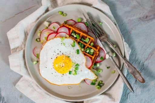 Vegetarisches Rezept: Süßkartoffel-Waffeln mit Ei_1