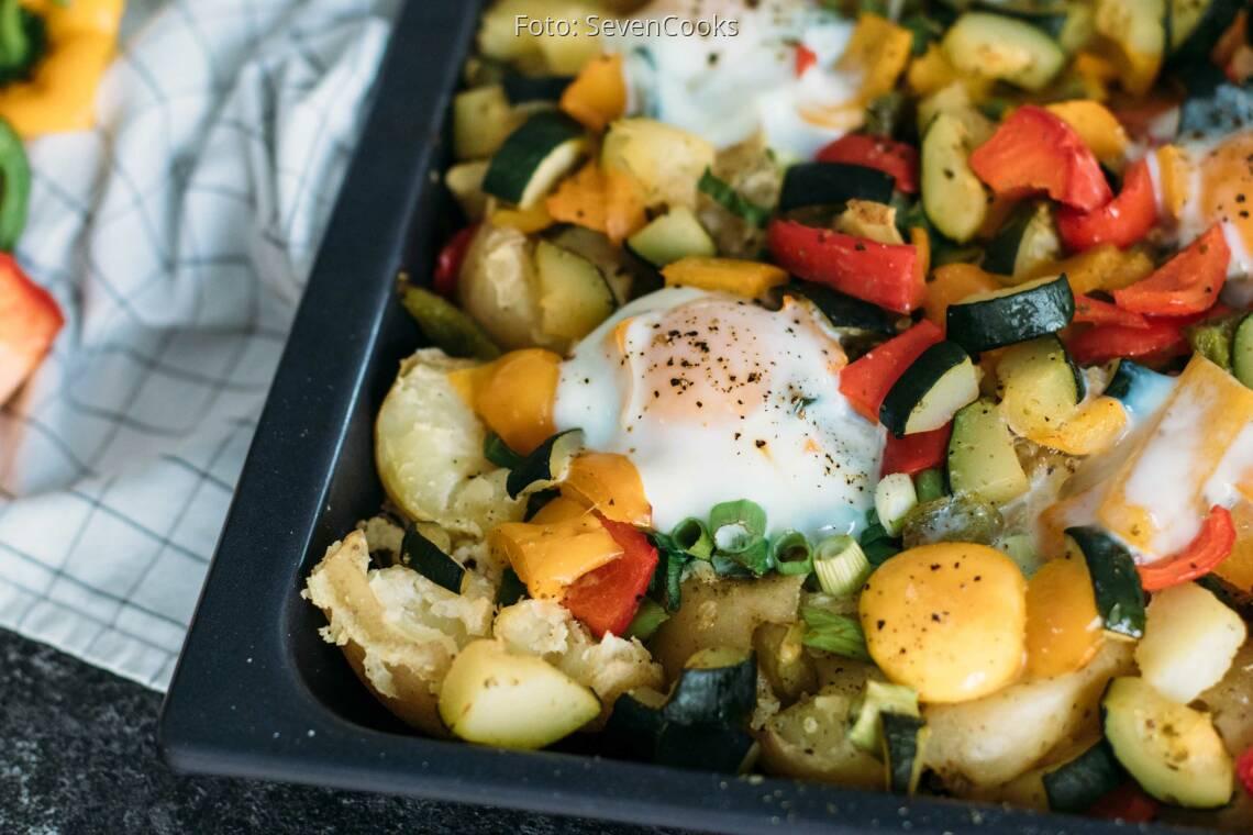 Vegetarisches Rezept: Smashed Potatos mit Spiegelei und Gemüse