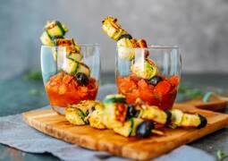 Vegetarisches Rezept: Spieße mit Zucchini-Käse-Röllchen 1