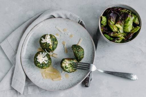 Vegetarisches Rezept: Spinat-Knödel mit gebräunter Butter und Parmesan 1