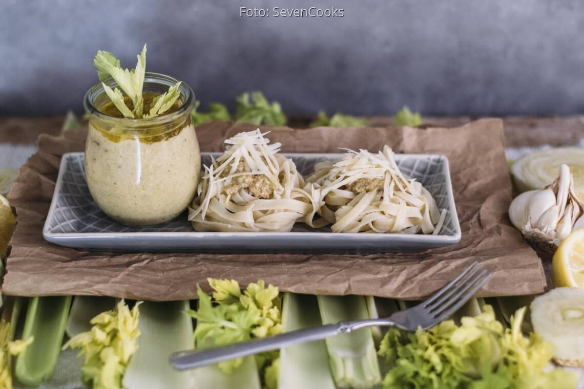 Vegetarisches Rezept: Stangensellerie-Pesto mit Tagliatelle 1