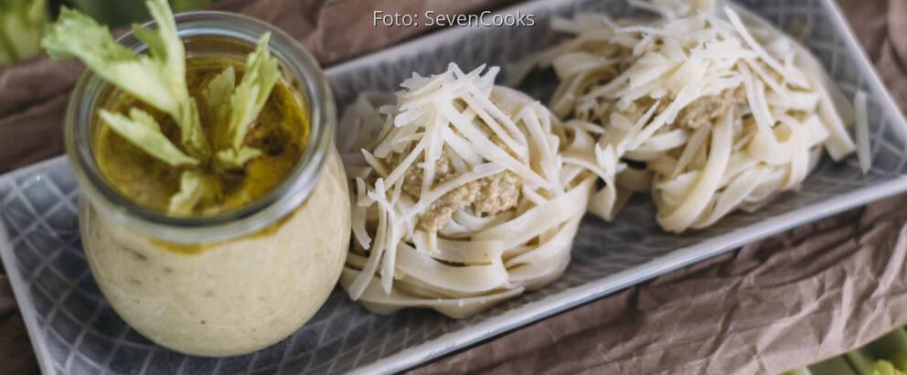 Vegetarisches Rezept: Stangensellerie-Pesto mit Tagliatelle 2