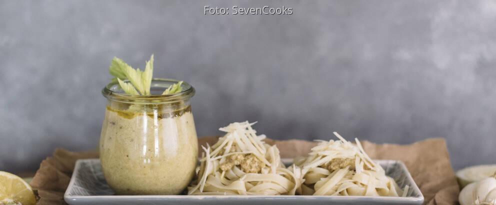 Vegetarisches Rezept: Stangensellerie-Pesto mit Tagliatelle 3