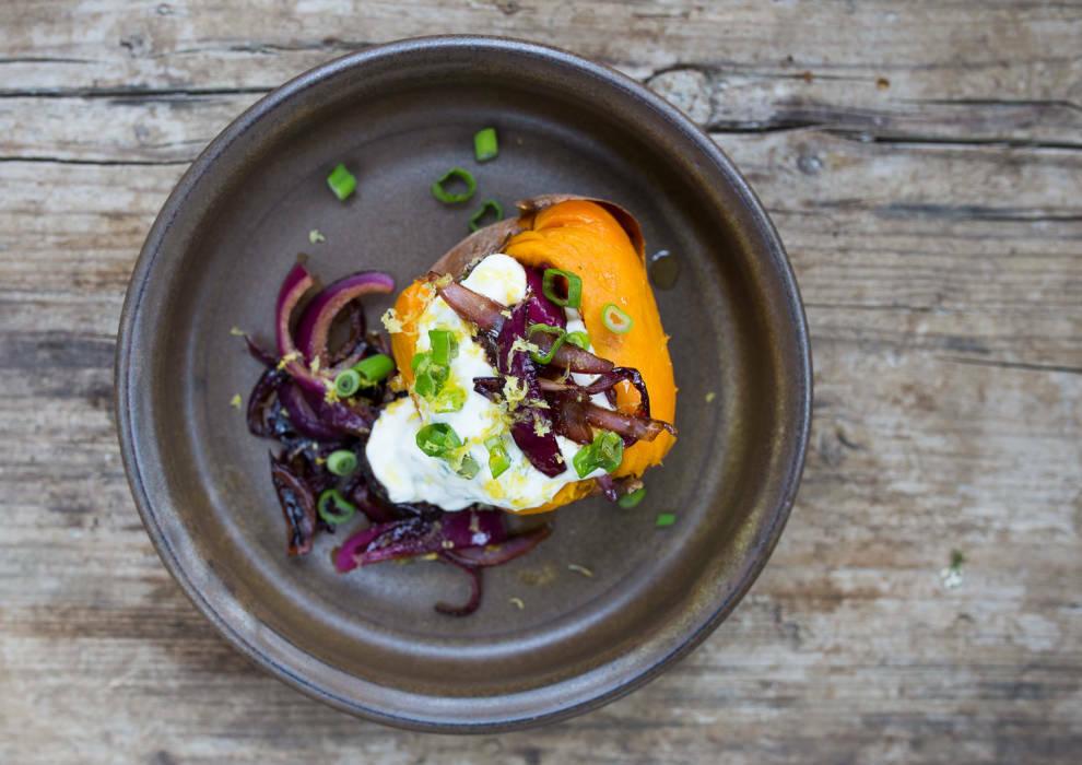 vegetarisches rezept suesskartoffel mit zitronenschmand und karamellisierten zwiebeln 1-1017059-700-990-0