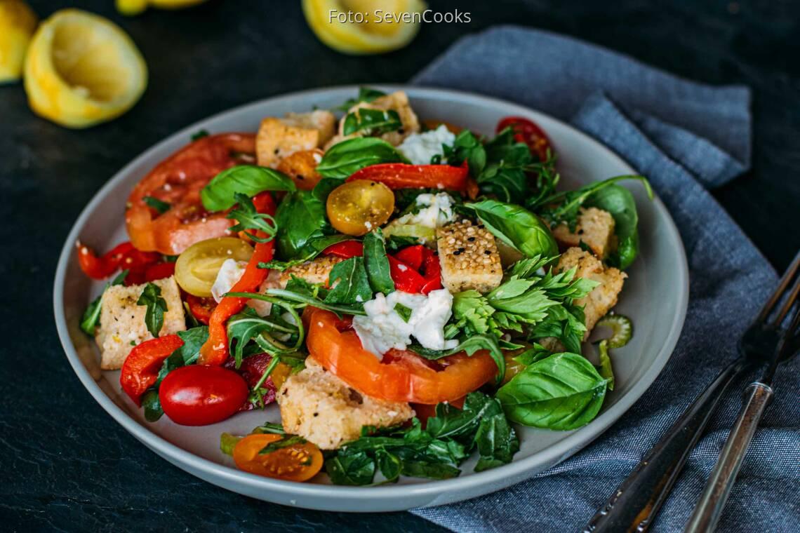 Tomaten-Brotsalat mit Büffelmozzarella & gegrillter Paprika_1