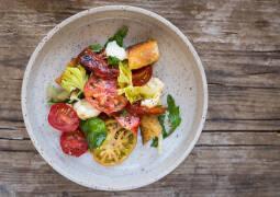 Fertiges Rezept: Tomaten-Brotsalat mit Büffelmozzarella und gegrillter Paprika_1