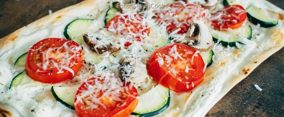 Vegetarisches Rezept: Tomaten-Pilz-Zucchini-Flammkuchen