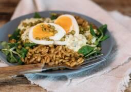 Vegetarisches Rezept: Urkorn Bowl mit Erbsen und Ei 1