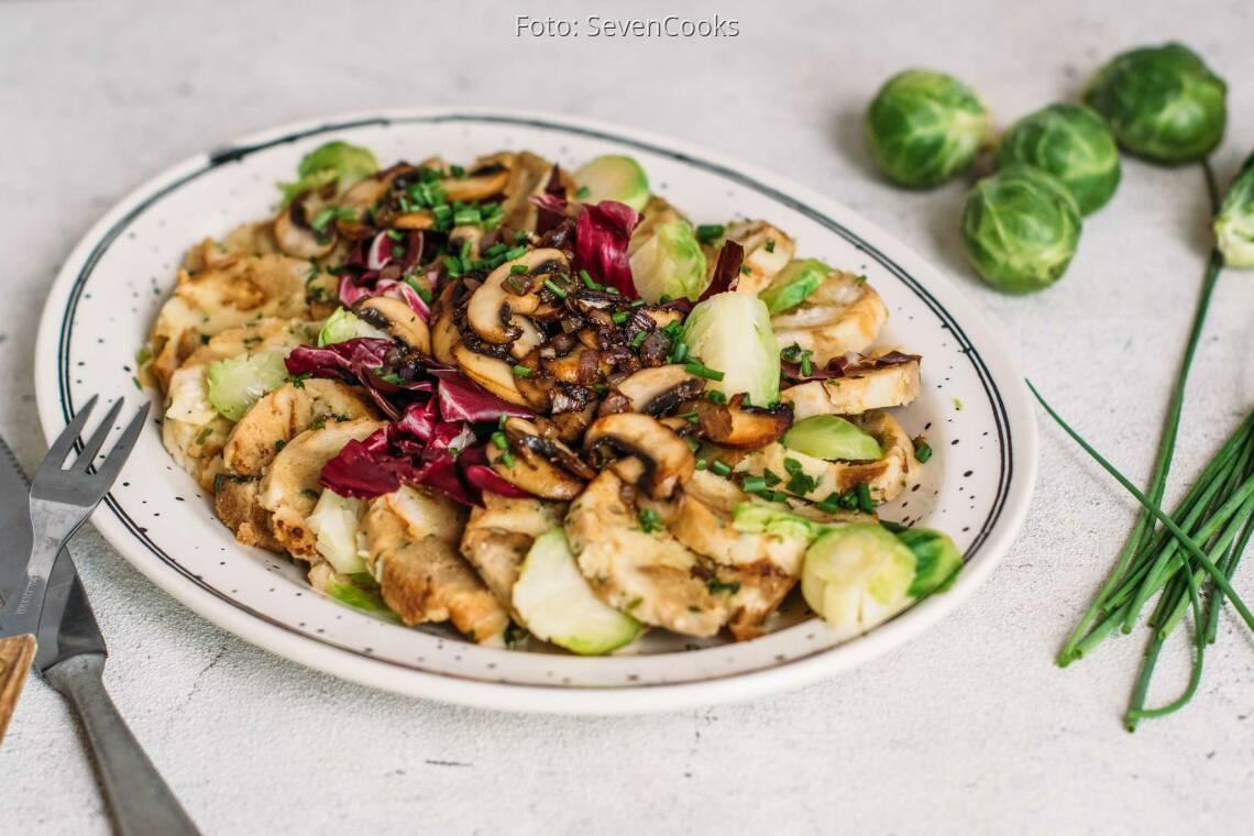 Vegetarisches Rezept: Winterlicher Knödelsalat mit Rosenkohl & Pilzen 1