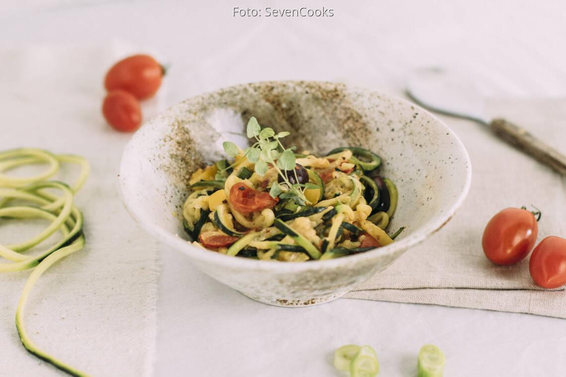 Vegetarisches Rezept: Zucchini-Nudeln mit Gemüse und Schmand