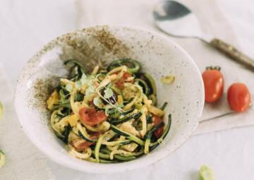 vegetarisches rezept zucchini nudeln mit gemuese und schmand 2-1026413-700-990-0