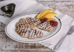 Süße vegane Herzwaffeln mit Puderzucker